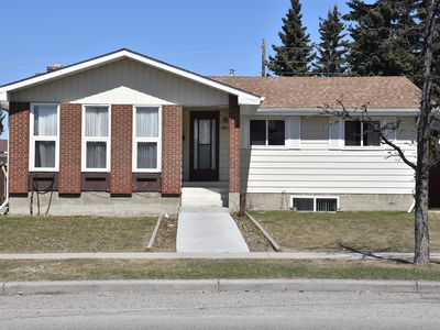 Photo for Cozy 5 bedroom house in great location close to DT/YYC!