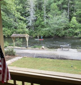 The ultimate Aska section of the river for kayaking, tubing, fishing and hiking.Screen-in porch overlooking private section of North Toccoa River.