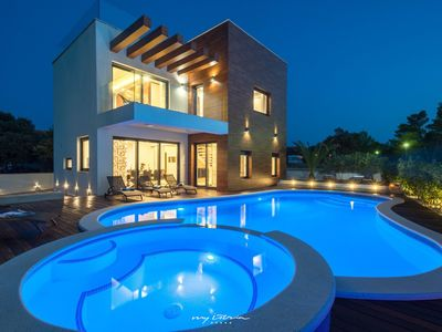 Photo for Luxury, modern villa with pool 50m from the sea