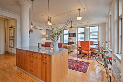 This apartment for 6 is just a stone's throw from the city's hottest attractions