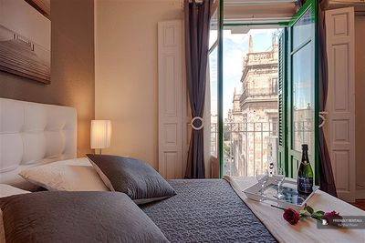Affordable,with views over the Palau de la Generalitat!