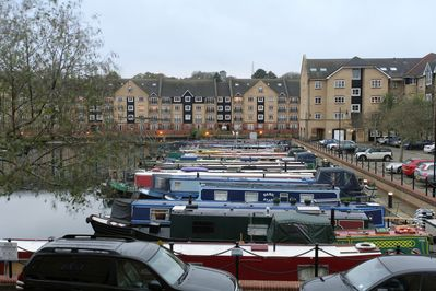 Apsley Marina with restaurants and pubs nearby