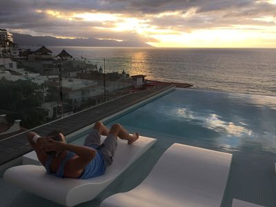 D'Terrace amazing rooftop Gym/Pool/Jacuzzis/Views. While the day away. Sunsets!