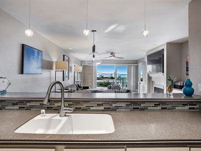 Beautiful Ocean Front Condo with pool+tennis courts