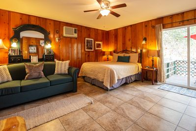 The Live Oak Cabin. 1 & 1/2 miles from the Park Gate. Sleeps 4 in Queen & sofa.