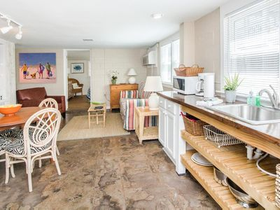 Classic Beach Condo, Just a short stroll from the beach, shops, and restaurants
