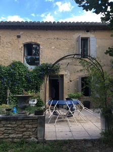 Photo for 50 m2 independent apartment in farmhouse at the foot of the Luberon