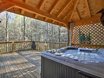 Rustic Gatlinburg 'Tree Top Dream' Cabin w/Hot Tub