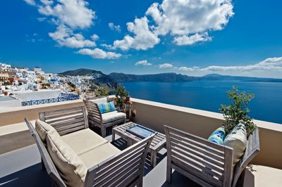 Perfect Hideaway Studio - the balcony and the view of the caldera of Oia!