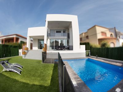 Photo for Stunning villa with private pool, 250 m from the beach.