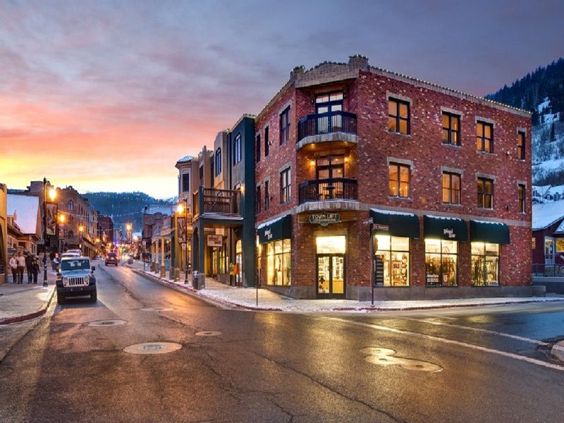 Ski-in/out corner unit on Historic Main. Location, location! Views!