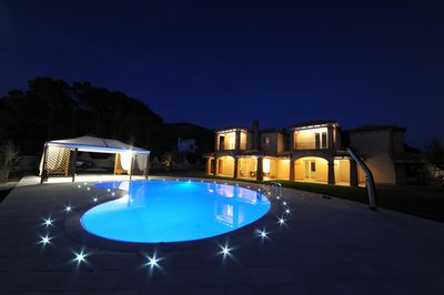 Night view of Villa Calicanto - residence and pool