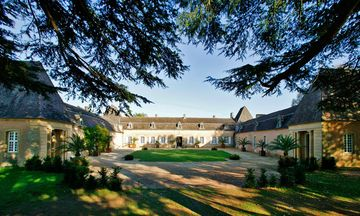 This large and bright 17th-century chartreuse overlooking the Dordogne