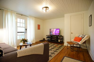 Relax in this private treetop apartment with Smart TV, Cable, WIFI