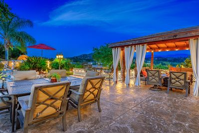 Bungalow Lounge  w/covered seating, outdoor TV, fire table and amazing views!
