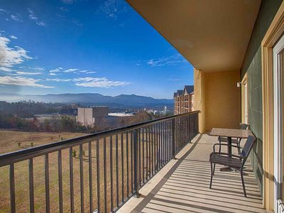 Close to the Parkway and Activities~FREE TICKETS-Indoor/Outdoor Pool-WiFi-Walking area-large balcony