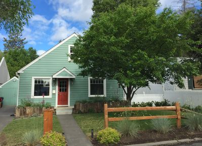 Charming Bluebird Day Cottage, in Beautiful Bend Oregon. Walk Everywhere!