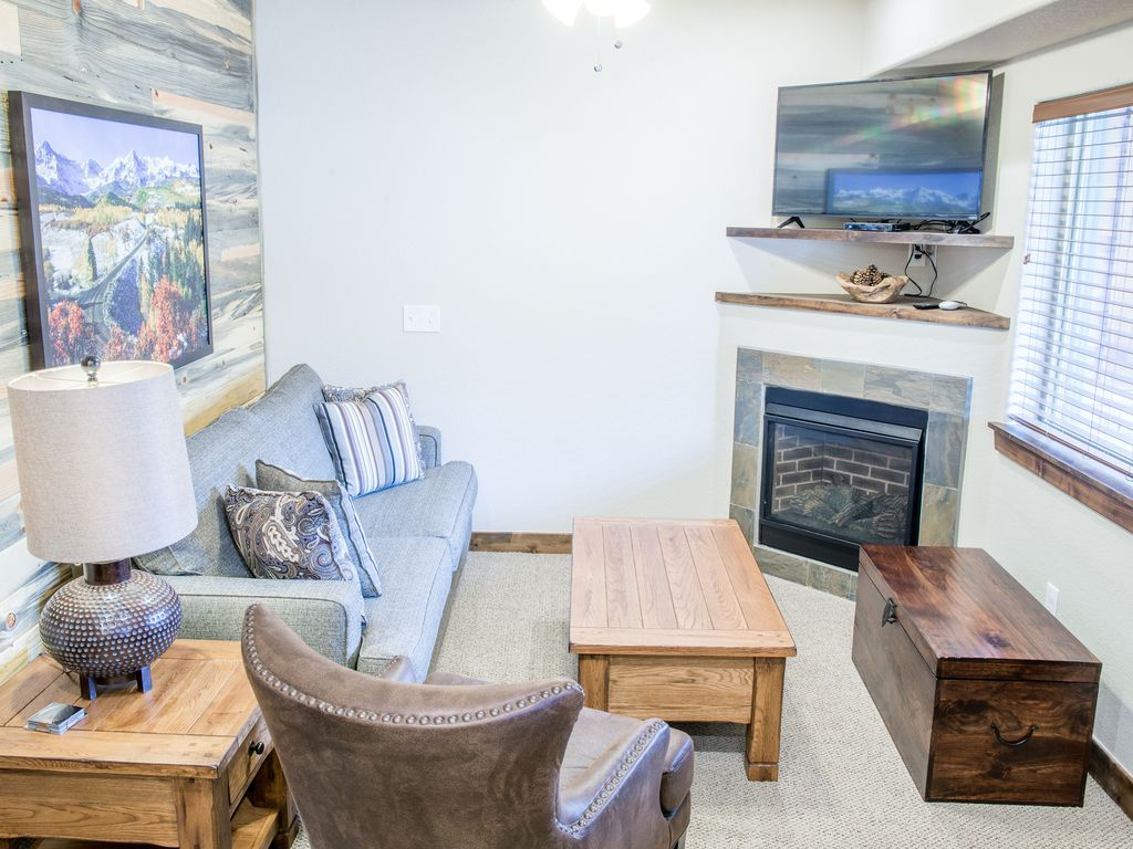 Modern mountain two bedroom condo on the river at fall river village unit 151 longs peak