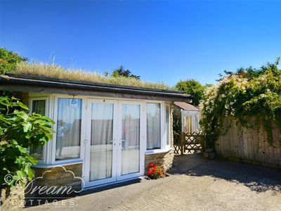 Photo for MIMOSA COTTAGE, pet friendly, with a garden in Weymouth, Ref 994408