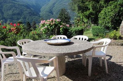 JASMIN Il tavolo in pietra e giardino a uso esclusivo. The stone table and rear the exclusive garden