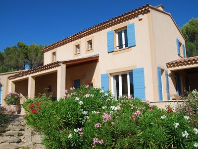 Photo for Nice villa on beautiful Domaine with pool, tennis and near L'Isle-sur-la-Sorgue
