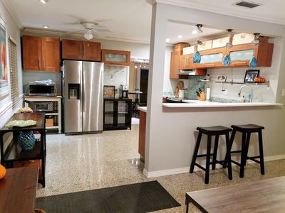Fully stocked & modern kitchen with GTE Profile & Bosch stainless appliances.