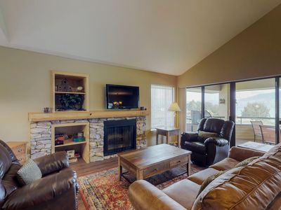 Photo for Family-friendly townhouse with shared pool and hot tub - right on the lake
