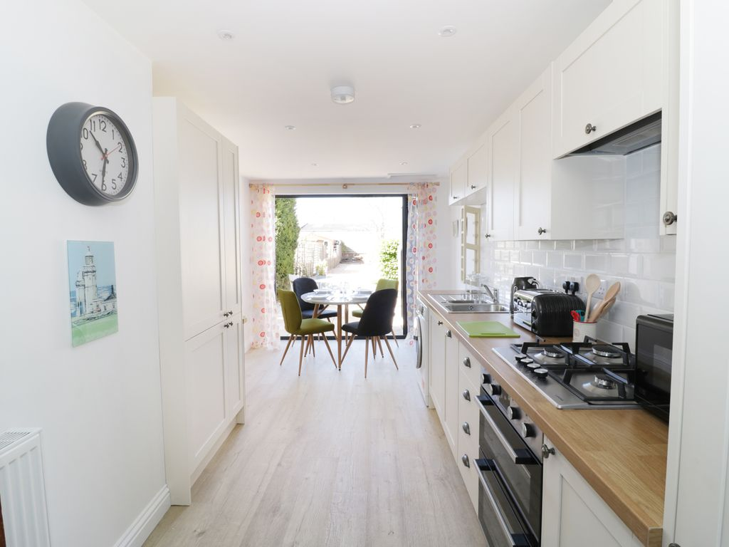 MAY COTTAGE, pet friendly, with a garden in Broadway, ... - 8514776