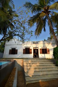 Colonial villa by the beach with pool and charming staff, sleeps 6-12