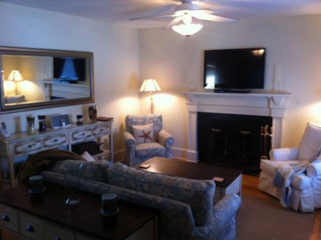 Newport Cottage. Living Room W/FP And 42in Flat Screen HD, DVD, T.V.
