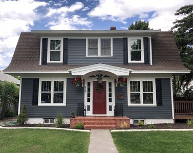Cody's Downtown Den - DOWNTOWN - New listing & Pets Welcomed!