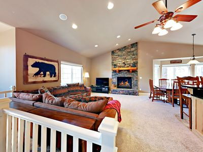 """Living Room - Welcome to South Lake Tahoe! Airy living room with seating for 5, a gas fireplace, and 40"""" TV."""