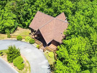 Photo for Wooded escape in Pigeon Forge /ALL en-suite bathrooms/hot tub/arcade