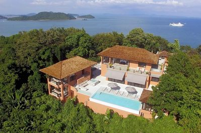A spectacular location, crowning the top of a peninsular with panoramic seaviews