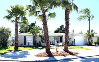 🌴Just redone ,tastefully furnished home with private screened pool Look inside