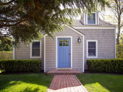 Photo for Bright and airy East Hampton cottage, walk to town, bike to beach!