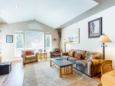 Photo for NEW LISTING! Cozy condo w/ furnished deck, shared hot tub, & gym - walk to lifts