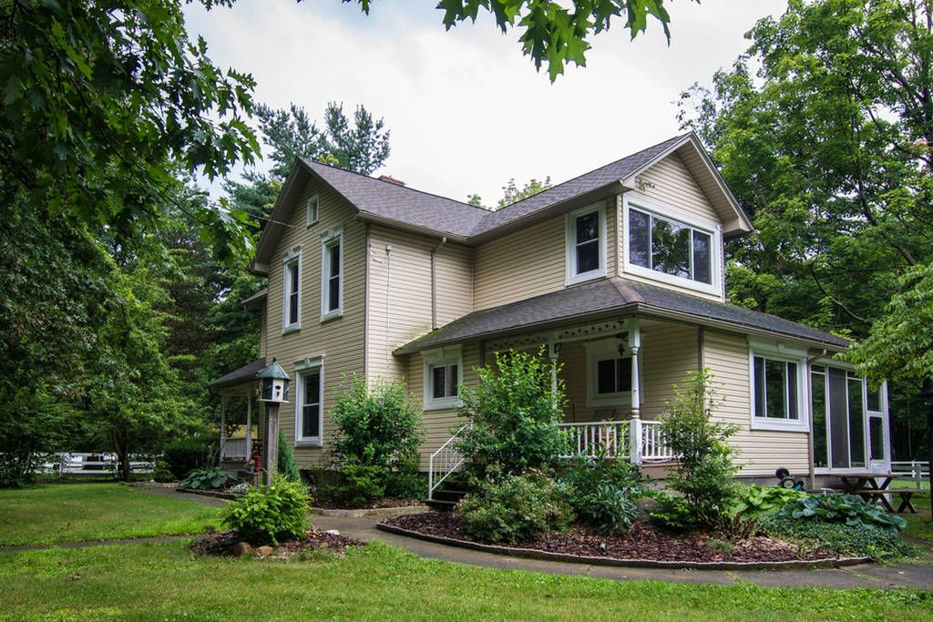 1890 Victorian Home in Country Setting, conveniently located