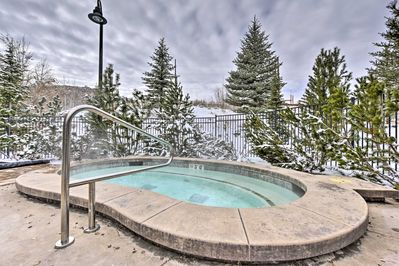 There's no better way to end a ski day than with a cold brew in a hot tub.