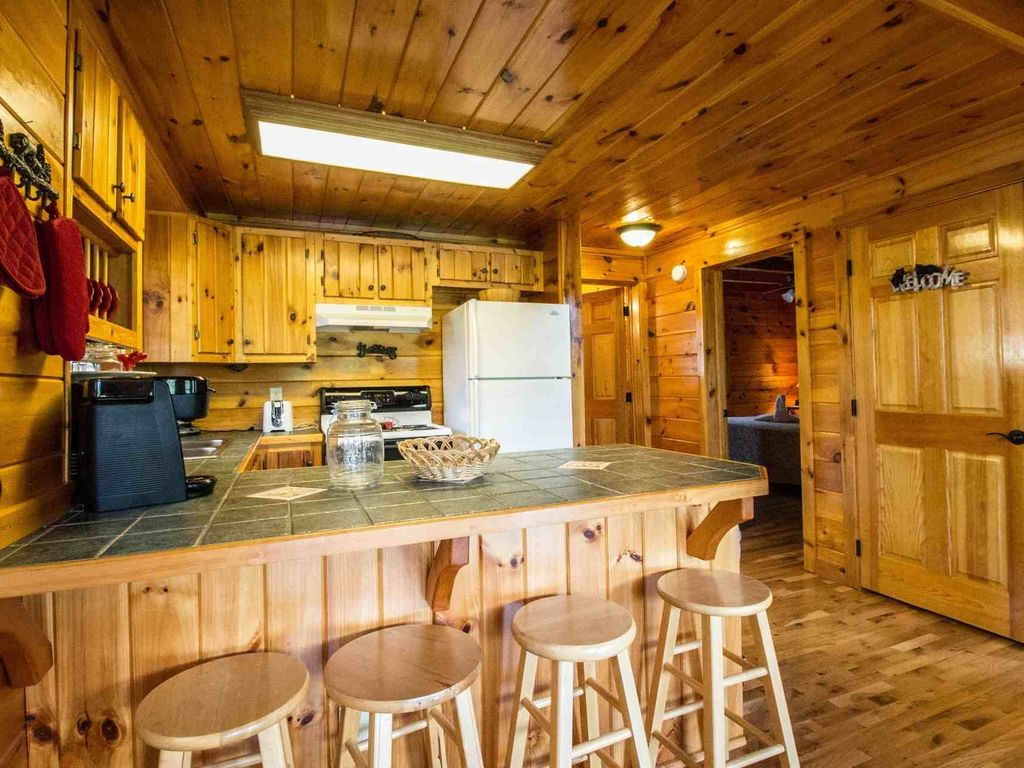 Kick Back Shack -Game Room -Hot Tub - Wrap Around Porch- Close to Attractions!
