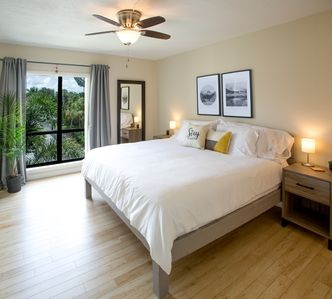 Stroll to Siesta Beach from Serene & Sunny Condo  + pool and tennis courts