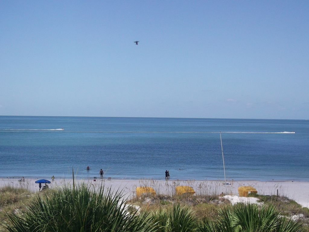 All seasons vacation resort sur belle plage de sable blanc for Chambre condos madeira beach florida
