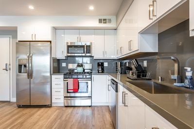 Large kitchen with lots of counter space & full-sized stainless steel appliances