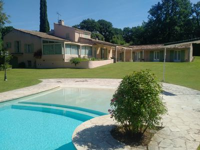 Photo for large villa of 315 M2 air-conditioned with infinity pool at the foot of the Luberon