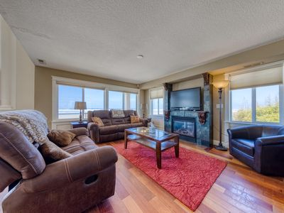 Photo for Oceanfront, dog-friendly home w/ ocean views, jetted tub & easy beach access!