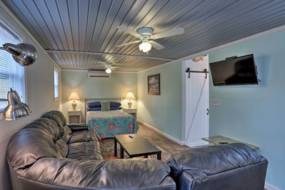 Unwind in this cozy vacation rental studio in Shallotte.