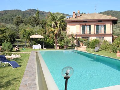 Photo for Detached villa with swimming pool in the Tuscan countryside