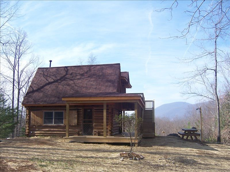 Afton log cabin get away secluded near bl vrbo for Charlottesville cabin rentals hot tub