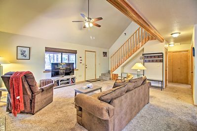 Take it easy under the vaulted ceilings of this Pinetop Lakes Country Club home!