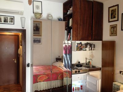 The entrance door, the wardrobe with the mirror and the kitchinette